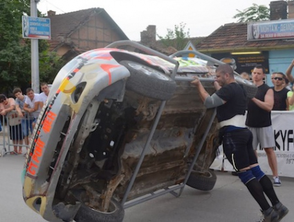 650-килограмов автомобил обръщаха младите стронгмени в Плевен