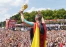 Големият лидер на световния шампион остава в отбора