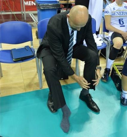 Накараха треньор да си свали обувките на Световното (видео)