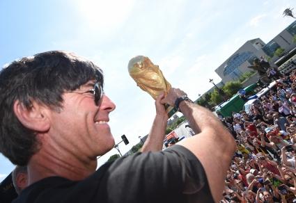 Льов показа световната купа на площада във Фрайбург