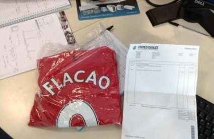 Гении на маркетинга: Манчестър Юнайтед продава фланелки на някой си Флакао