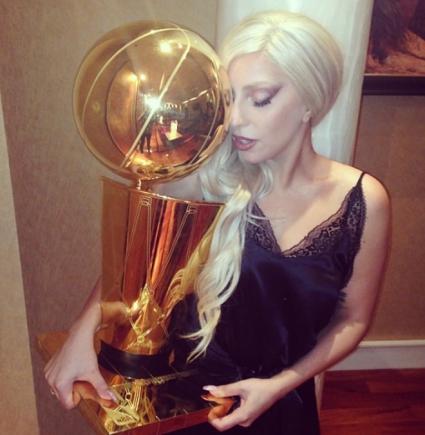 Лейди Гага се снима с баскетболна купа