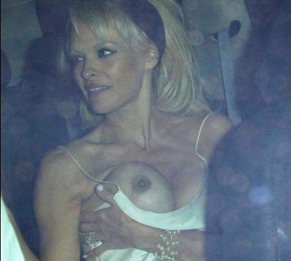 """Памела Андерсън """"случайно"""" показа гърди (снимки)"""
