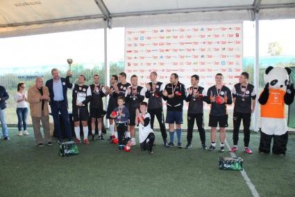 """Vivacom вдигна купата на футболния турнир на Holiday Heroes """"Спортувай с мисия"""" (ВИДЕО)"""