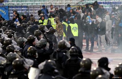 Двама полицаи пострадаха по време на дербито, общо 70 души арестувани