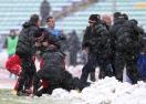 Уцелиха Стойчо Младенов в главата, треньорът се строполи на земята (видео)