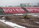 Снегът и студът не спират ремонта на стадиона във Враца (снимки)