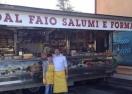 Славно либеро продава салами