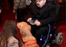 Близо 100 души вечеряха на тъмно с кучета-водачи в подкрепа на незрящите