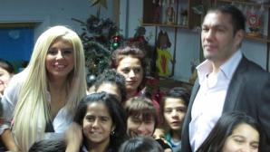 Кубрат Пулев и Андреа зарадваха децата от дома за сираци в Дупница с телевизор и пералня (ГАЛЕРИЯ)