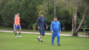 Гонзо, Стойчо и треньорите в Левски се забавляват в демонстративен мач
