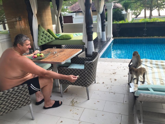 Маймуни налазиха Любо Ганев (снимки)