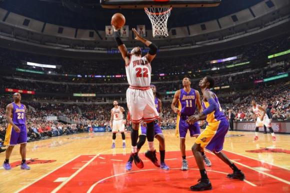 Лейкърс прекъсна негативна серия след измъчена победи над Чикаго