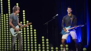 Джокович смени ракетата с китара (видео)