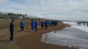Левски с тонизираща разходка по плажа преди двубоя днес