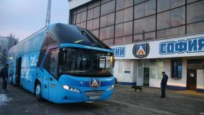 """Нова атака срещу """"сините"""" - този път счупиха клубния автобус"""