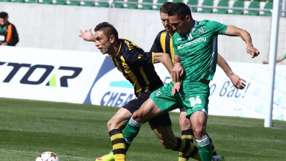 Лудогорец се провали и остави ЦСКА в борбата за титлата (видео)