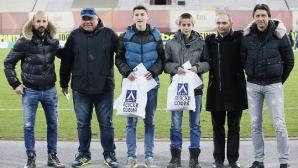 Посрещат с аплодисменти двама юноши на Левски по време на България - Италия