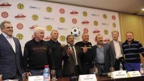 Стоичков, Папен и Саморано играха в приятелски мач в Ереван