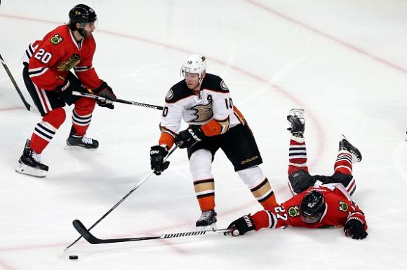 Анахайм нанесе първа домакинска загуба на Чикаго в плейофите на НХЛ