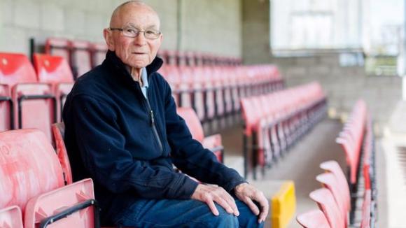 Какво благородство: 76-годишен уредник на стадион дарява всичките си спестявания на любимия клуб