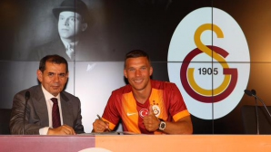 Подолски официално подписа с Галатасарай