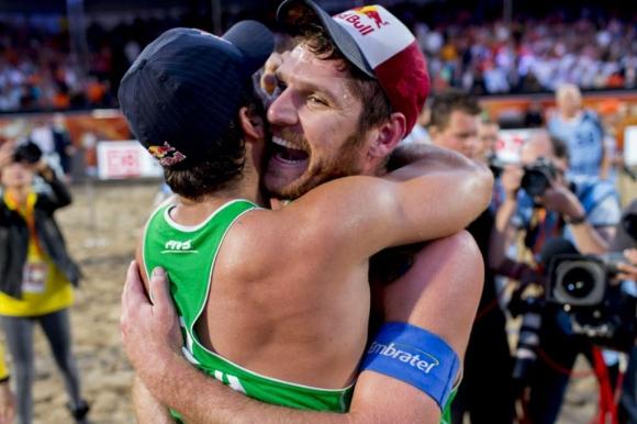 Алисън Черути и Бруно Оскар Шмид спечелиха световната титла по плажен волейбол (ВИДЕО)