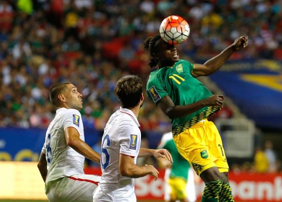 """Ямайка хвърли бомбата на """"Голд Къп"""", Мексико се класира скандално за финала"""