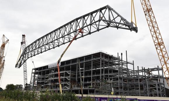 """650 тона покривна конструкция монтират на главната трибуна на """"Анфийлд"""""""