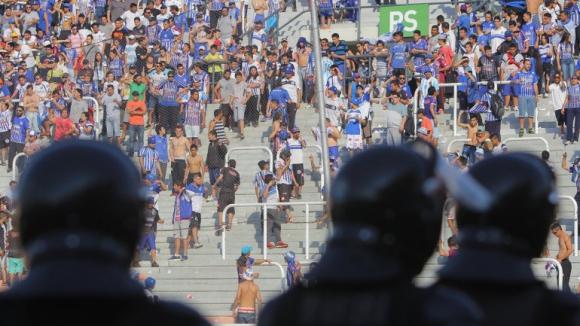 Фенове хвърляха камъни и прекратиха мач в Аржентина (видео)