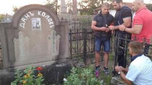 Багата посети гроба на Дан Колов преди заминаването за следващата си битка (снимки)