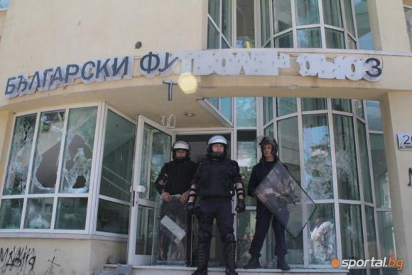 Полиция пази сградата на БФС