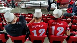 Зарадваха албанските фенове с фесове