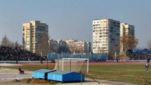 """Юношите в Ямбол се къпят с маркучи студена вода, предстои реконструкция на стадион """"Тунджа"""""""