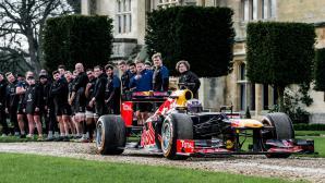 Болид от Формула 1 срещу професионални ръгбисти (Видео)