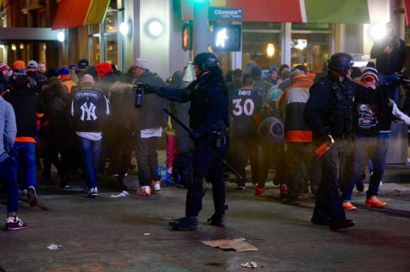 Полицията в Денвър разпръсна празнуващи със сълзотворен газ