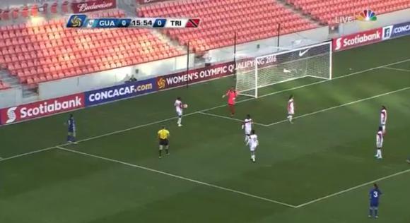 Невероятен куриоз в женски футболен мач (видео)