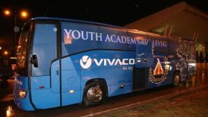 Юношите на Левски се радват на по-модерен автобус (снимки)