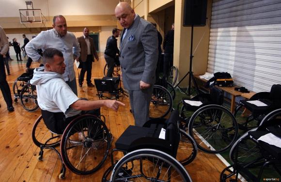 Министър Кралев връчи инвалидни колички за баскетбол на спортисти в неравностойно положение (видео + галерия)