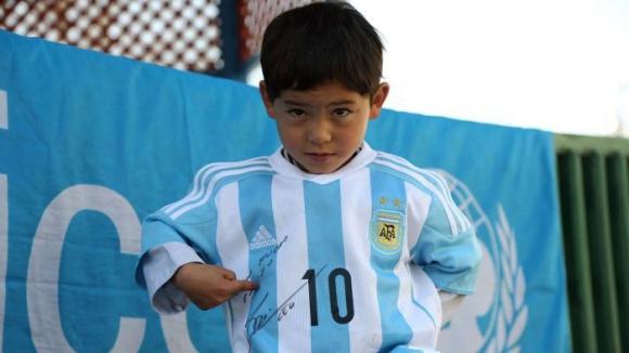 Семейството на момчето, на което Меси дари фланелка, бяга от родината си