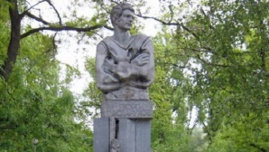 """""""Сините"""" поднасят венци пред паметника на Гунди"""