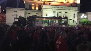 Играчи и фенове на ЦСКА празнуват по улиците на София (видео)