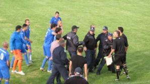 20 полицаи спасиха съдията след мача Марек и ФК Кюстендил (снимки)