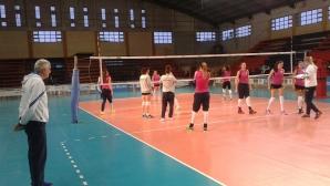 Волейболистките играят мач в зала с гълъби и лястовици в Хухуй (Аржентина)