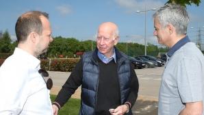 Моуриньо посети базата в Карингтън и се срещна с Боби Чарлтън (видео + снимки)