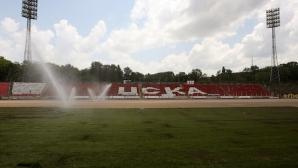 """Започна полагането на новата тревна настилка на """"Армията"""" (видео+снимки)"""
