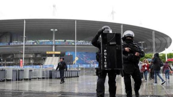 Подозрителна чанта в близост до стадиона преди Италия - Испания