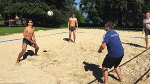 Германците играят плажен волейбол преди сблъсъка с Италия