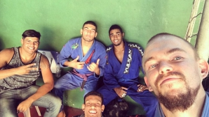 Боец по джиу джицу отвлечен и обран в Рио де Жанейро