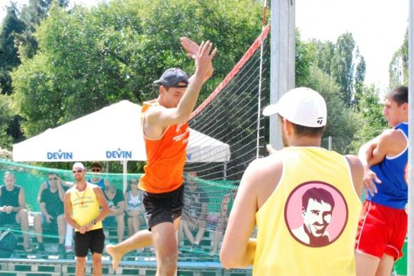 Осем отбора играха плажен волейбол в памет на Петър Кирчев